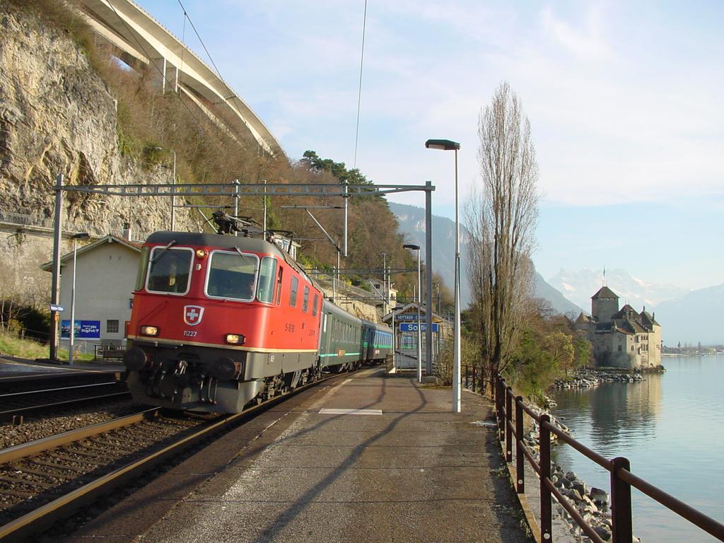 Photo d'une Re 420 (Re 4/4 II) 11156-11171 11173-11281 11283-11311 11313-11349 11371-11397, Prise à Veytaux-Chillon le 11 mars 2002 04:58