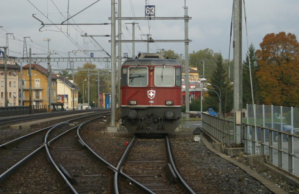 Photo d'une Re 420 (Re 4/4 II) 11101-11155, Prise à Yverdon-les-Bains le 20 octobre 2002 09:31