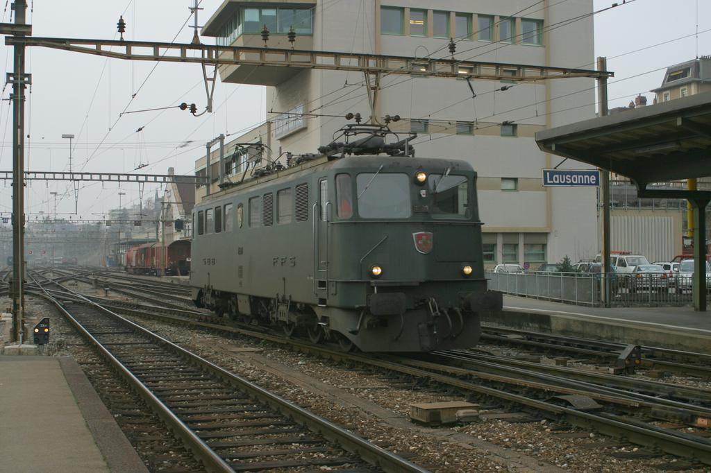 Photo d'une Ae 610 (Ae 6/6) 11403-11520, Prise à Lausanne le 12 décembre 2002 03:46