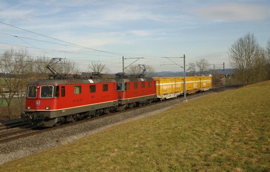 Photo d'une Re 420 (Re 4/4 II) 11156-11171 11173-11281 11283-11311 11313-11349 11371-11397, Prise à Münchenbuchsee le 11 mars 2003 03:39