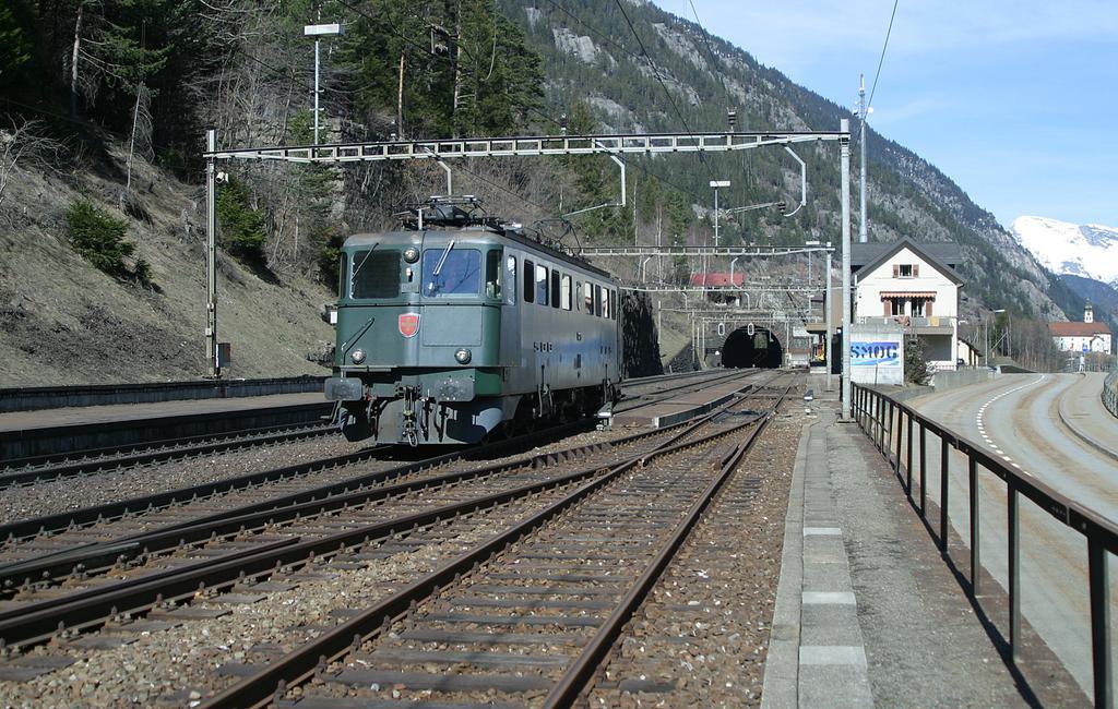 Photo d'une Ae 610 (Ae 6/6) 11403-11520, Prise à Wassen le 16 mars 2004 01:22