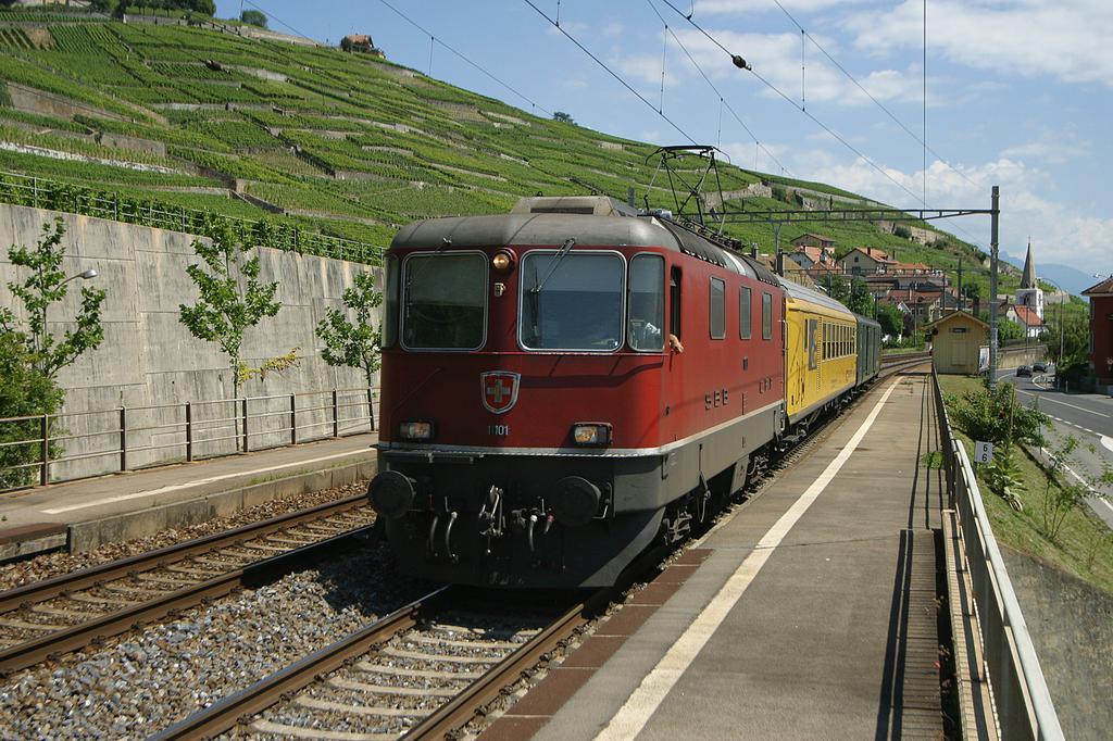 Photo d'une Re 420 (Re 4/4 II) 11101-11155, Prise à Villette VD le 27 juillet 2004 02:40