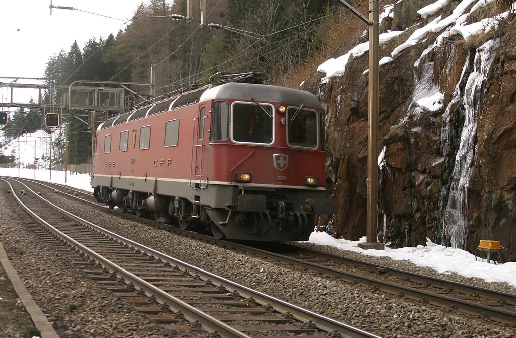 Photo d'une Re 620 (Re 6/6) 11605-11689, Prise à Wassen le 18 janvier 2005 12:11
