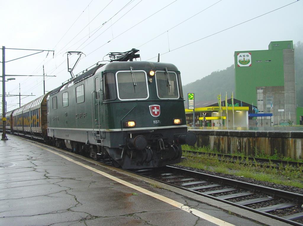 Photo d'une Re 420 (Re 4/4 II) 11156-11171 11173-11281 11283-11311 11313-11349 11371-11397, Prise à Moudon le 3 septembre 2002 09:23