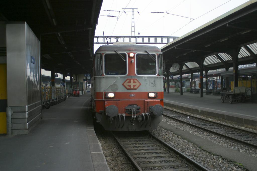Photo d'une Re 420 (Re 4/4 II) 11101-11155, Prise à Genève le 21 novembre 2002 01:35