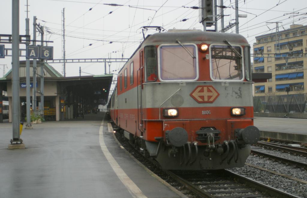 Photo d'une Re 420 (Re 4/4 II) 11101-11155, Prise à Genève le 21 novembre 2002 02:35