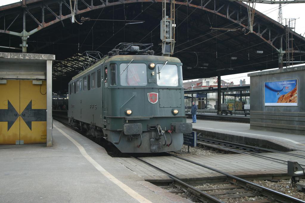 Photo d'une Ae 610 (Ae 6/6) 11403-11520, Prise à Lausanne le 27 février 2003 04:47