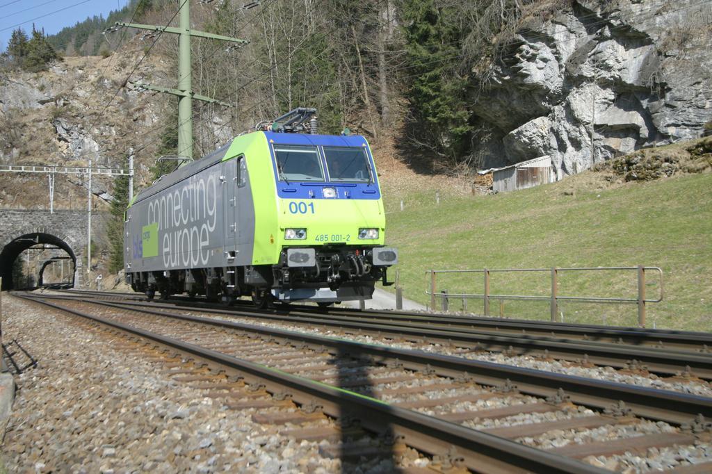 Photo d'une Re 485 ???, Prise à Blausee-Mitholz le 20 mars 2003 01:39