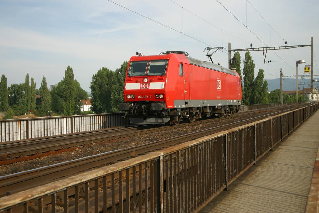 Photo d'une BR 185, Prise à Basel Bad Bf BW (DB) le 8 juillet 2003 06:12