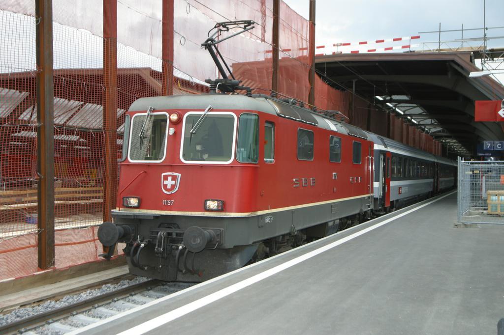Photo d'une Re 420 (Re 4/4 II) 11156-11171 11173-11281 11283-11311 11313-11349 11371-11397, Prise à Zurich HB le 4 mai 2004 05:26