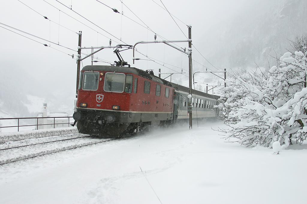 Photo d'une Re 420 (Re 4/4 II) 11101-11155, Prise à Wassen le 25 janvier 2005 12:46