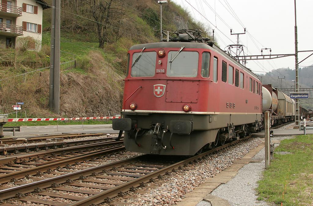 Photo d'une Ae 610 (Ae 6/6) 11403-11520, Prise à Ziegelbrücke le 7 avril 2005 01:33